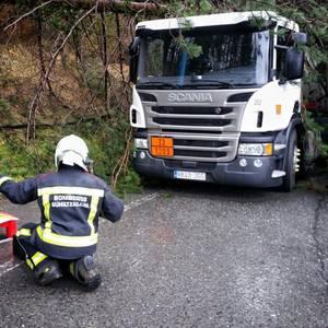Zisterna-kamioi bati 3 pinu eta linea elektrikoa erori zitzaizkion gainera