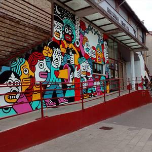 Altsasukoak aske murala Burunda frontoiko fatxadan