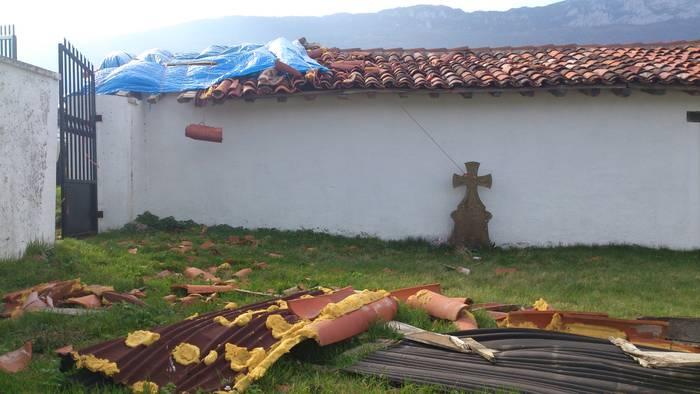 Santa Barbara ermitako teilatua hondatuta
