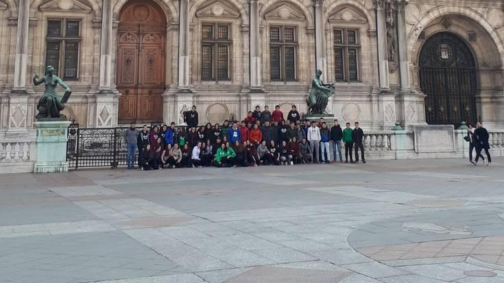 Notre Dameko suteak Parisen ikas-bidaian harrapatu ditu