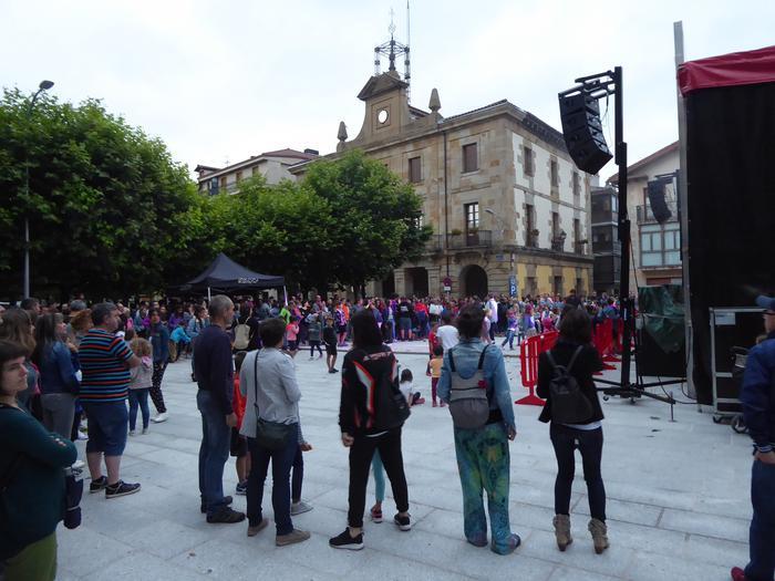 Gozategi taldea Etxarri Aranazko plazan