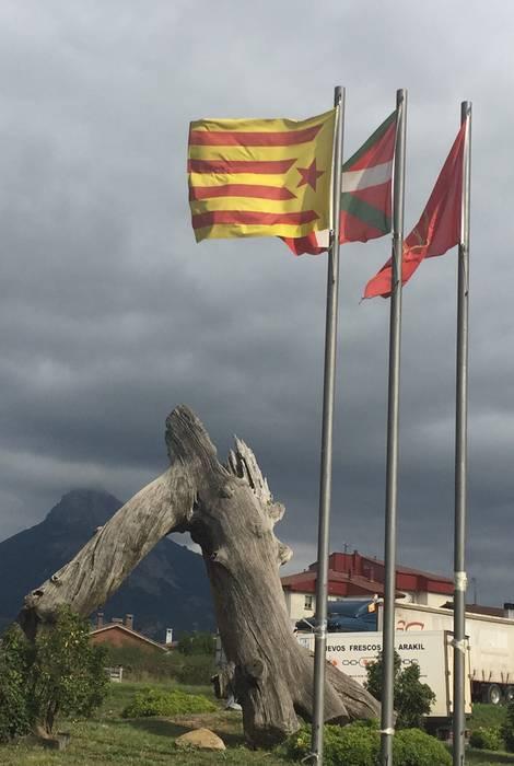 Estelada jarri dute, herrialde katalanei babesa emateko