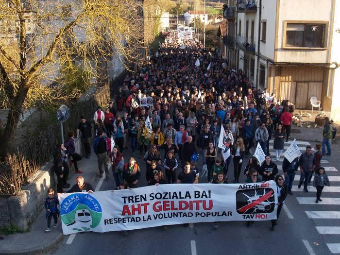 Gasteizko AHTren kontrako manifestaziora autobusak antolatu dituzte