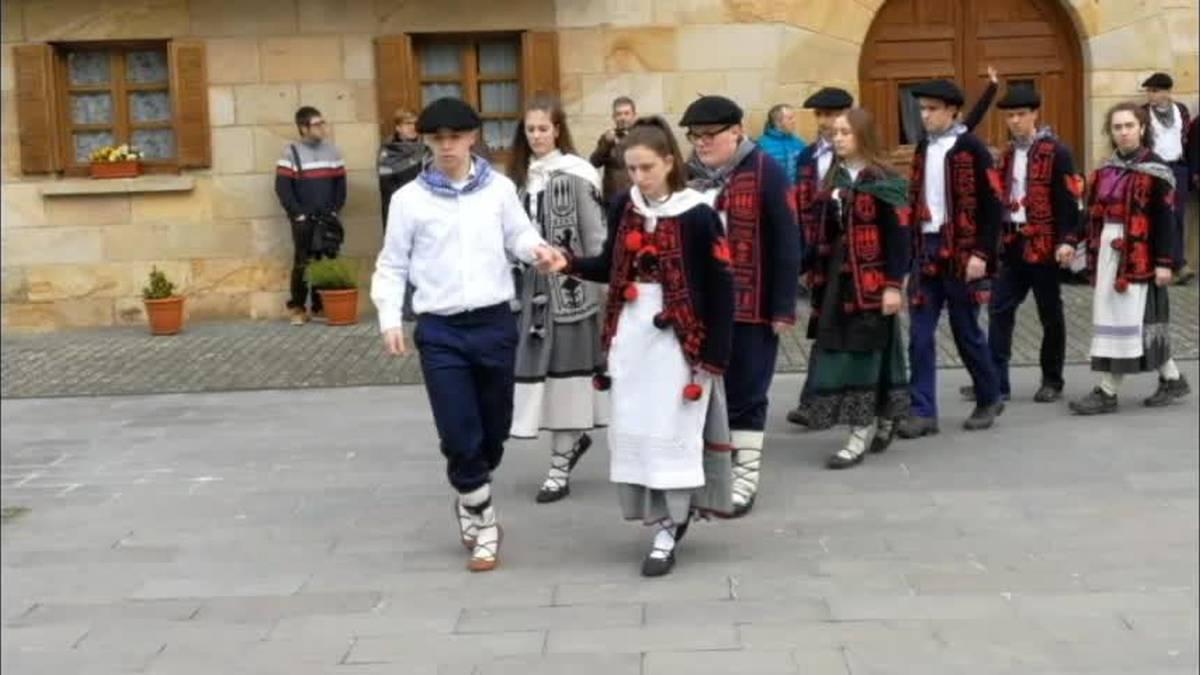 Kintoak Urdiaingo zortzikoa dantzatzen