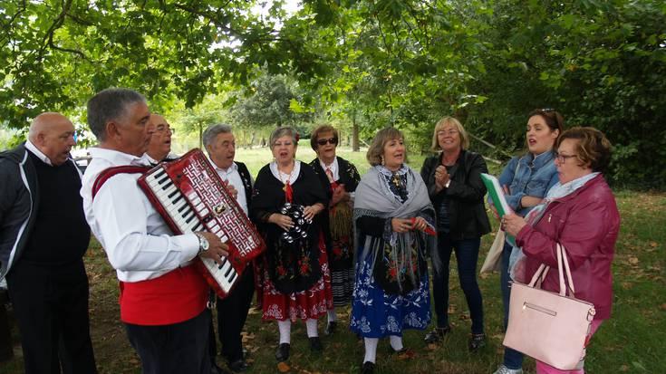 Extremadurako egunean dantzari eta kantari
