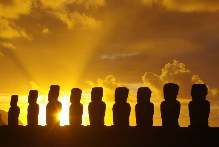 """Egunon mundua!! (""""Isla de Pascua"""", Txile)  """"Ozeano erdian galduta, kontinentetik 3000 kilometrora, Rapa Nui irlako Moai erraldoiak munduaren lehen eguzki izpiak agurtzen dituzte"""""""
