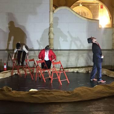 'Cuatro sillas para tres' antzezlanaren emanaldia.