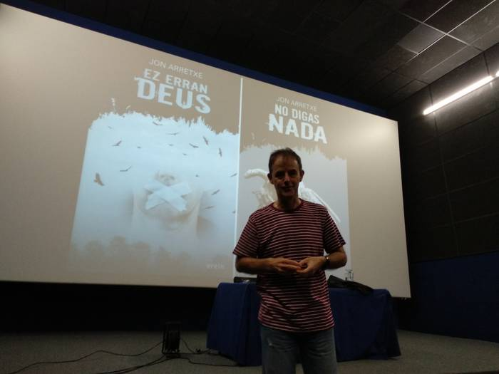 Jon Arretxe 'Euskadi en negro' mahai inguruan