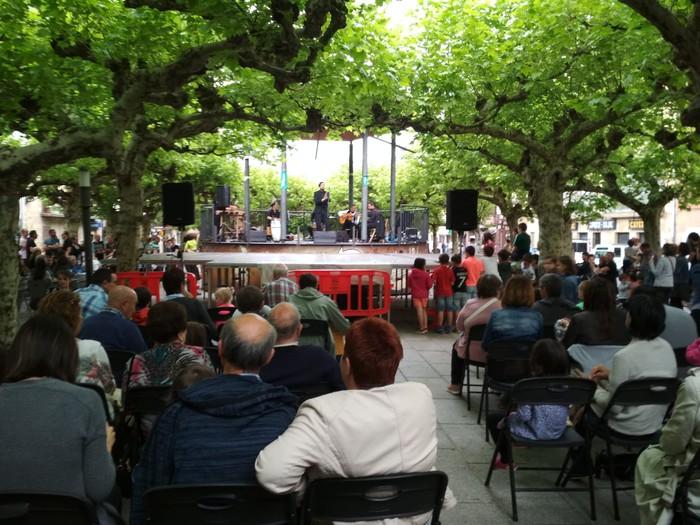Musika eskolako ikasleen emanaldia plazan igandean